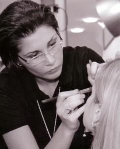 KARRIERE-Bild-f++r-AZUBIBEREICH-Janine-erarbeitet-Make-up-243x300